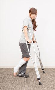 松葉杖で歩行する女性 女の子